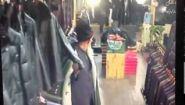 Смотреть онлайн Старик аккуратно украл куртку в магазине