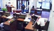 Смотреть онлайн У грабителя не получилось ограбить банк