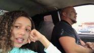 Смотреть онлайн Отец красиво поет песню в машине для дочери