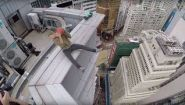 Смотреть онлайн Паренек катается на гироскутере на краю небоскреба