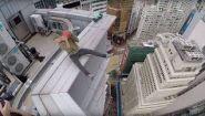 Паренек катается на гироскутере на краю небоскреба - Видео онлайн