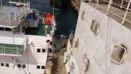 Смотреть онлайн Грузовое судно столкнулось с другим