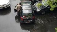 Смотреть онлайн Дедушка руками вытащил припаркованный автомобиль