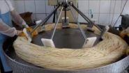 Смотреть онлайн Как производят пишмание (турецкая сладость)