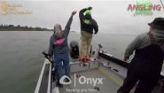 Смотреть онлайн Авария двух лодок на реке