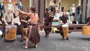 Смотреть онлайн Шотландские барабанщики играют на улице