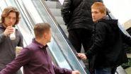 Смотреть онлайн Пранк: Парень гладит руки других парней на эскалаторе