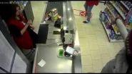 Смотреть онлайн Парень с помощью пистолета ограбил Пятерочку