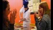 Смотреть онлайн Пранк: Повар режет себе руку во время трюка