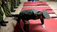 Смотреть онлайн Как призывников армии учат стрелять из пневматики