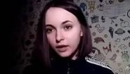 Смотреть онлайн Молодая девушка рассуждает об ухажерах