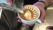 Вот как некоторые баристы делают рисунки на кофе - Видео онлайн