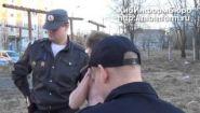 Смотреть онлайн Наркоман спал на улице, но его разбудили полицейские