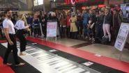 Игра на пианино ногами в торговом центре - Видео онлайн