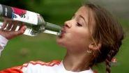 Розыгрыш: Мелкая девочка пьет водку - Видео онлайн