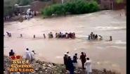 Смотреть онлайн Вода уносит жизни людей и транспорт