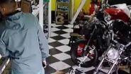 Драка с грабителем до крови - Видео онлайн