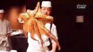 Смотреть онлайн Как в суши-барах разделывают настоящего осьминога