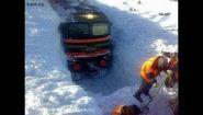 Смотреть онлайн Как поезда пробираются через сугробы снега
