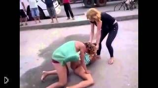 Драка одной девушки-солдата против нескольких десятков мужиков. Видео